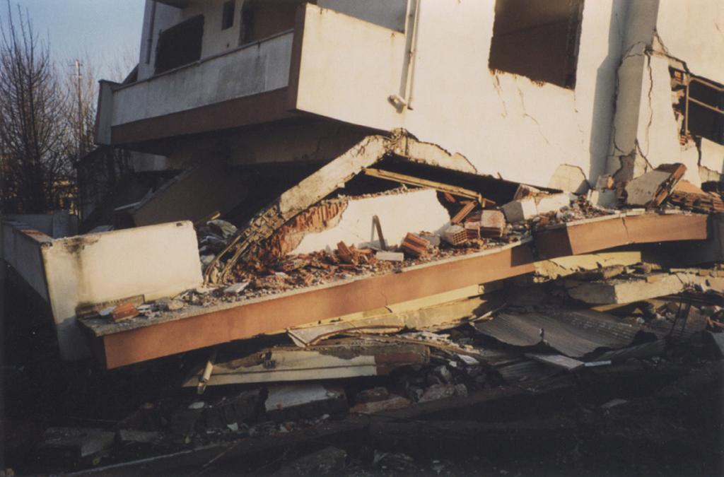 התמוטטות מבנים בדוזג'ה, טורקיה, 1999. צילום: ירון אופיר
